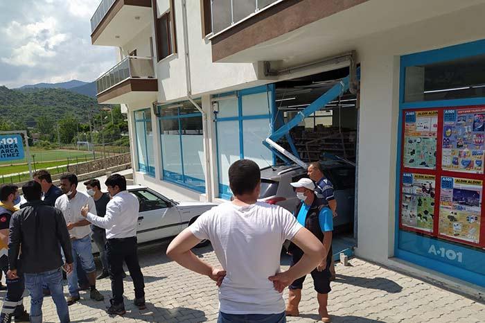Göynük'te Aracıyla Markete Girdi! 3 KİŞİ YARALI