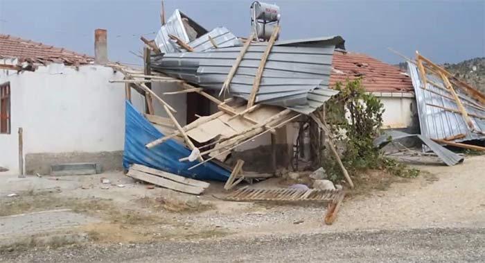 Nallıhan'da şiddetli rüzgar çatı uçurdu