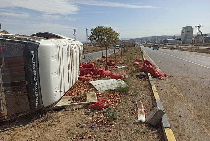 Nallıhan Ankara yolunda minibüs devrildi.