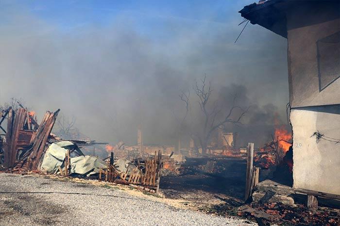 Bolu'da yangın bir köyü yok etti!